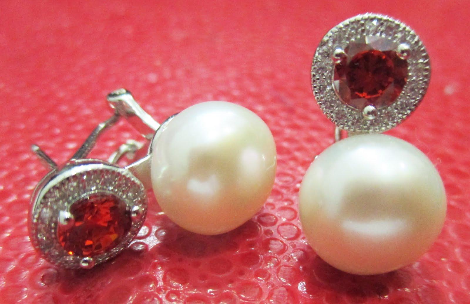 Pendientes de perla con piedra roja
