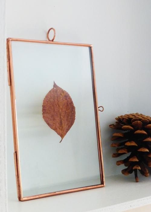 Herbstdeko mit Kupferbilderrahmen und Tannenzapfen