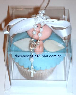 cupcake decorado lembrancinha batizado anjo pombinha e mini terço na caixinha