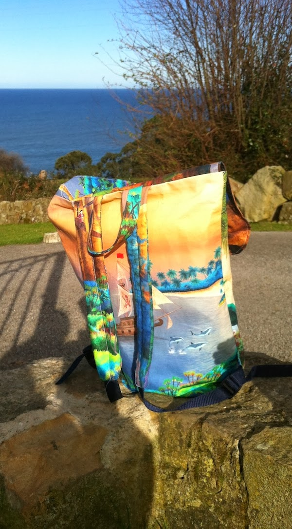 mochila hecha con funda de almohada de Zara