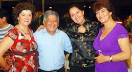 Raúl Guzmán en medio de las damas merece nuestro homenaje por su labor radial