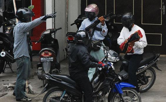 Gambar Rompakan Bank CIMB Indonesia Ala Cowboy