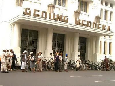 http://1.bp.blogspot.com/-_c1mSXWexr4/TegZJS5FLNI/AAAAAAAAEO8/fiYcQ-jARwU/s1600/3956556-Old_bicycles_club_at_the_front_of_Gedung_Merdeka-Bandung.jpg