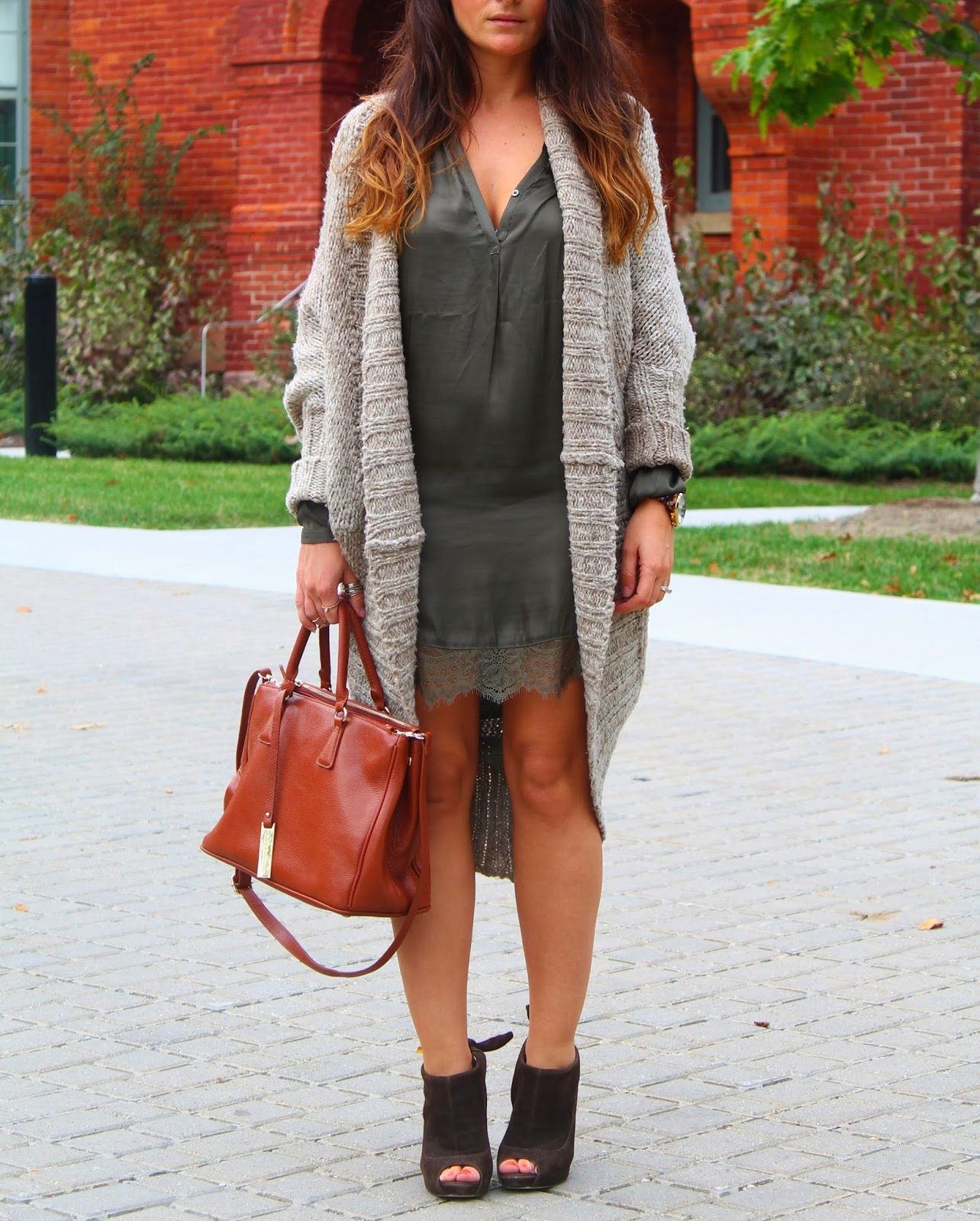 uk blogger, Fall outfit, silk dress, oversized sweater, olive green dress, toronto street style, blogerke, jesenja moda, canadian fashion blogger
