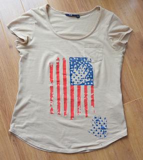 T-shirt beige drapeau americain usé avec empreintes de mains. Peint à la main.