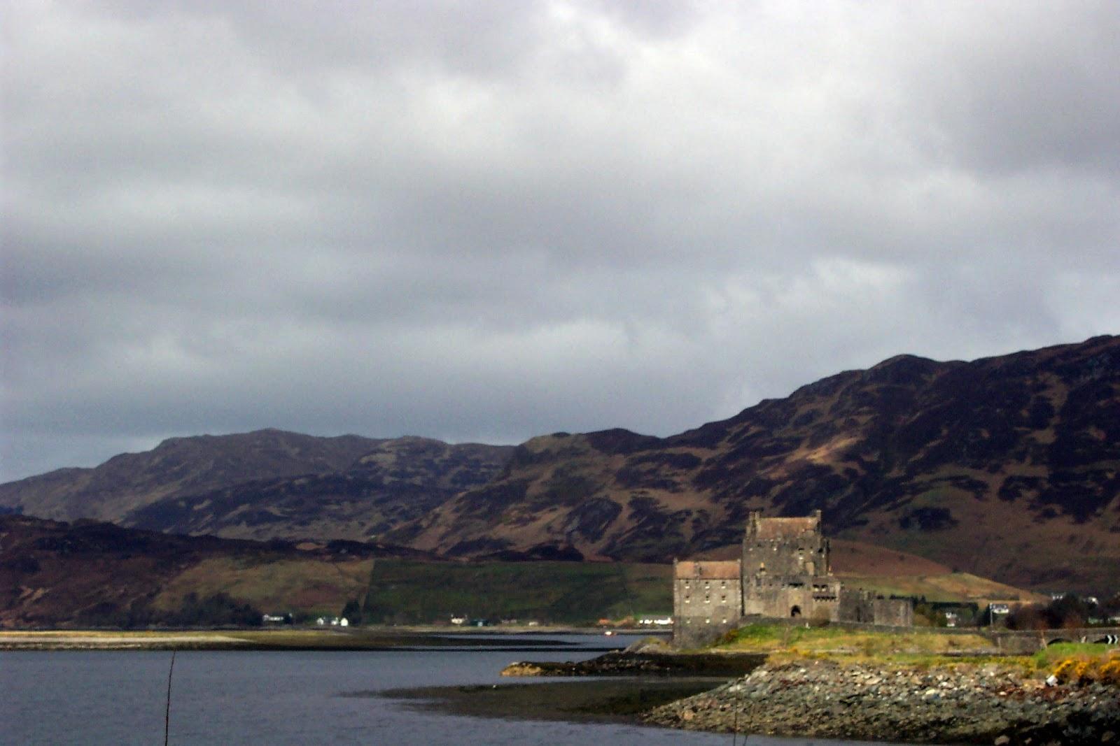 http://1.bp.blogspot.com/-_cfiKyO7Kb8/T0aJh46QwRI/AAAAAAAADUQ/egmoJr3zF70/s1600/Eilean_Donan_Castle2_Scotland.jpg