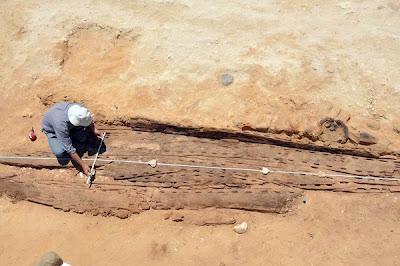 SEORANG pekerja mengukur lebar rangka sebuah bot Firaun.