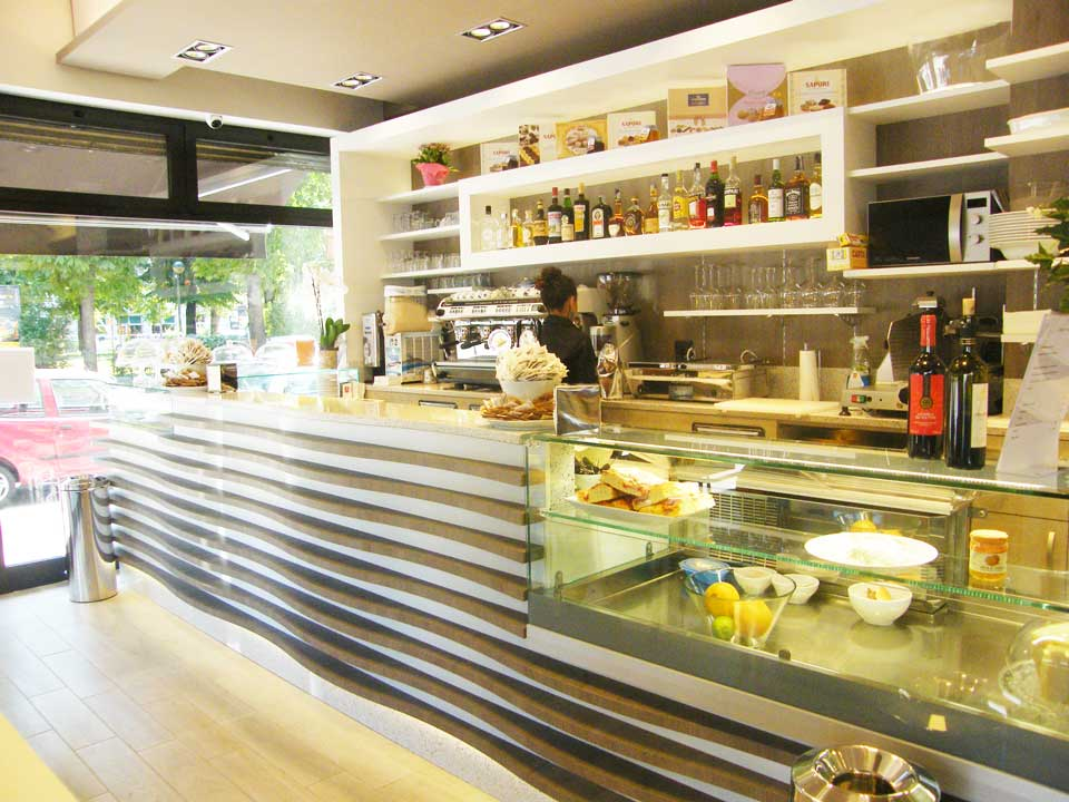 Arredare un bar pasticceria gelateria arredamento for Arredare un bar