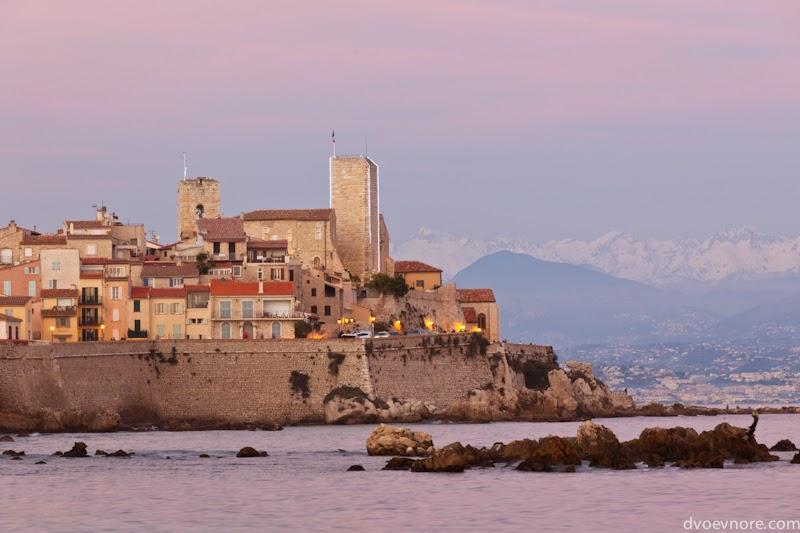 Вечерний вид на крепость города Антиб, Лазурный берег, Франция. Antibes, Cote d'Azur, France sunset view
