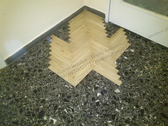 Κολλητά ξύλινα πατώματα πάνω σε μωσαικό