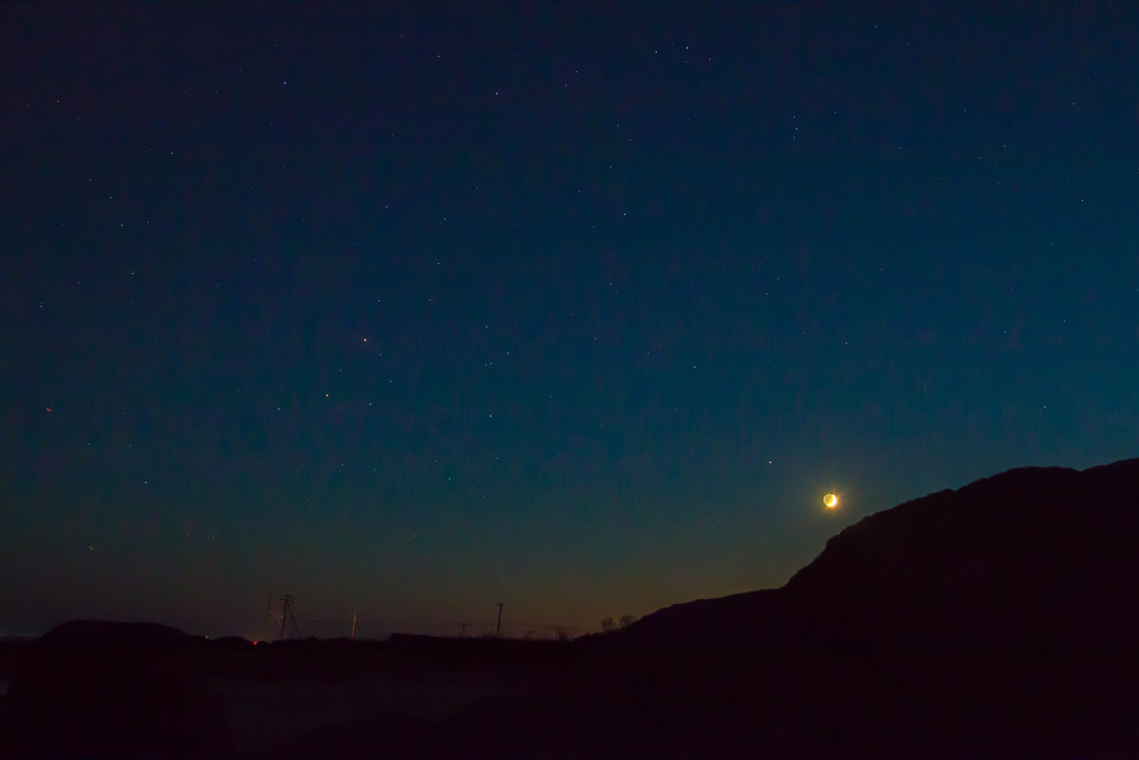 Trăng non đầu tháng cùng hành tinh Hỏa và sao Antares tỏa sáng trên bầu trời bãi biển Allens Pond, thị trấn Dartmouth, bang Massachusetts, nước Hoa Kỳ vào chiều ngày 27/9/2014 vừa qua. Tác giả : Greg Stone.