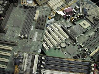 شرح اللوحة الآم للكمبيوترأنواعها ومكوناتها ووظيفتها