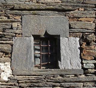 Bocadève Saint-Just 35, une superbe fenêtre avec entourage de schiste