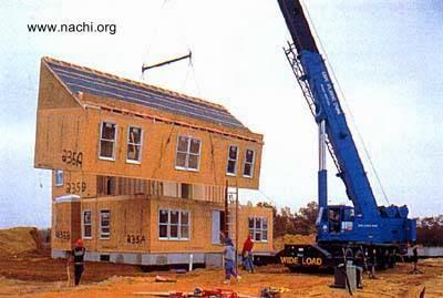 Módulos en montaje para construir una casa en el sitio