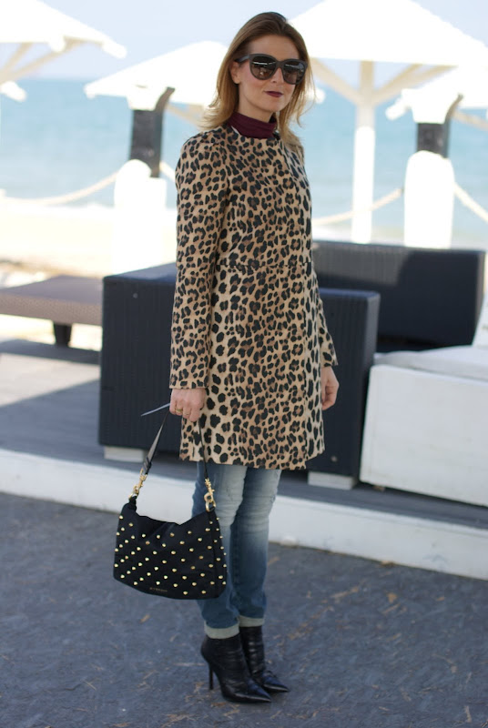 leopard coat, dark lips