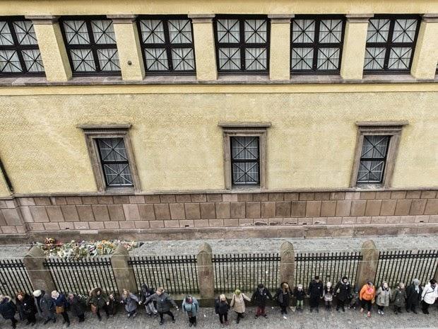Sinagoga dinamarquesa tem corrente humana um mês após atentado