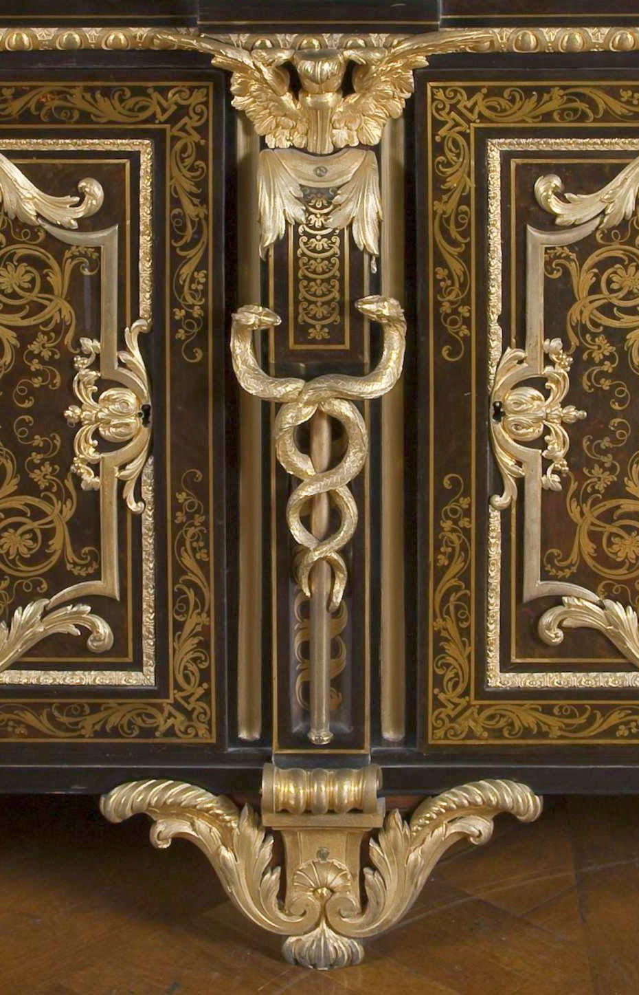 Casket, André Charles Boulle (1642-1732) et ses fils, Médaillier de Jules-Robert de Cotte, Vers 1723, Marqueterie première partie de laiton sur fond. d'écaille de tortue. Placage d'amarante, d'ébène, de bois de violette. Bronze doré. Bâti de chêne et de sapin. Dessus de marbre d'Antin Saint-Pétersbourg, musée d'État de l'Ermitage