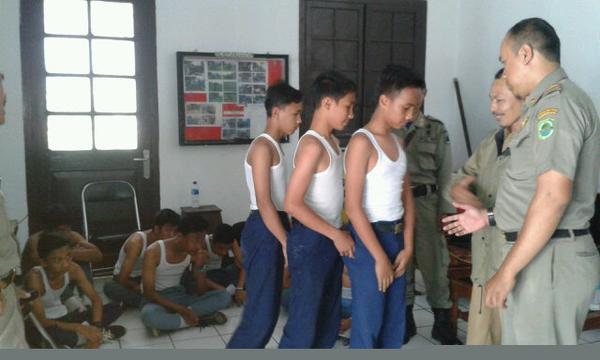 Satpol PP Rajia Pelajar Bolos di Subang
