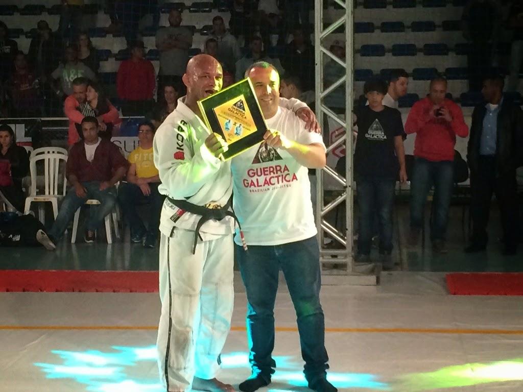 Delson Pé de Chumbo recebe placa de homenagem das mãos do vereador Maurício Lopes