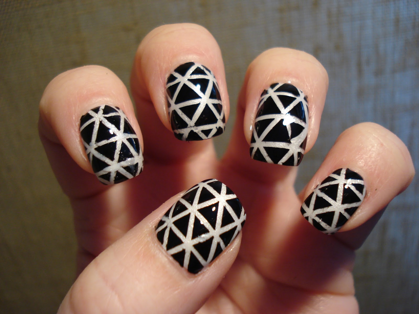 Little Miss Nailpolish: Graphic triangle nail art - swatches