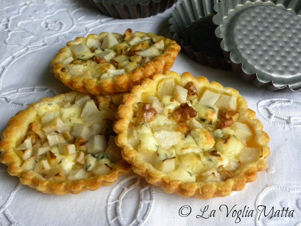 tartellette alle pere, formaggio Roquefort e noci