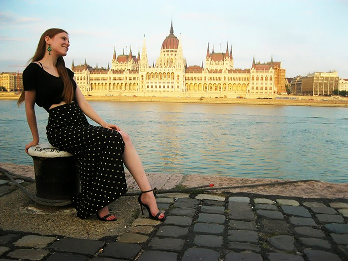 Budapest Fashion Blogger outfit crop top split skirt rok polka dots