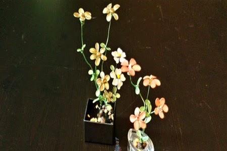 Flores de alambre pintadas con laca de uñas