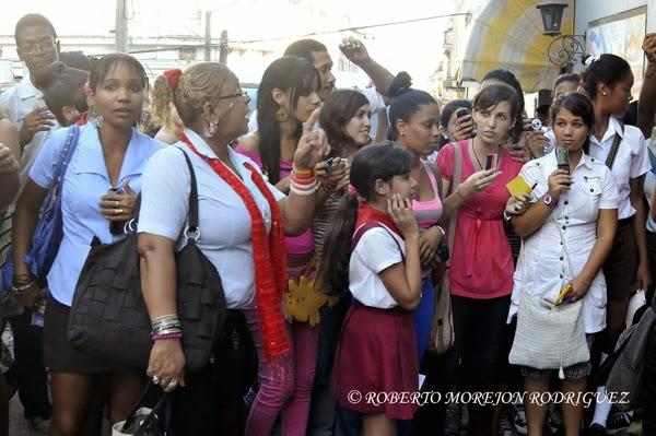 """Seguidores de Yoon Sang Hyun, actor de Corea del Sur, conocido por la afición cubana por su actuación en el dorama  """"Mi Bella Dama"""", esperan por su salida del Canal Habana, en la capital de Cuba, el 1 de noviembre de 2013."""