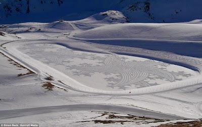 Un artiste marche le jour et la nuit dans la neige pour créer des formes magnifiques