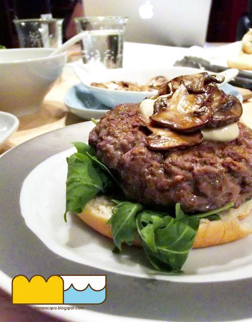 hamburger all'orientale...e una parete rosso lacca.