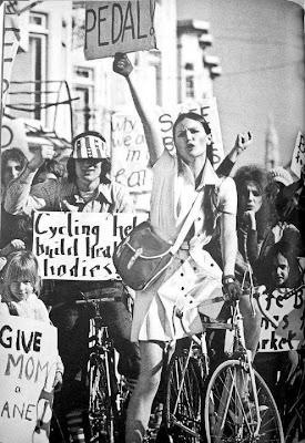 Esta foto circula en las redes sociales con la leyenda: Mujer, ni sumisa, ni devota, te quiero libre, linda, loca y pedalera!!..  Siempre me ha parecido que refleja muy bien lo que sentí cuando empecé a montar en bici.