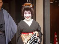 嬉しそうな「芸姑」小芳さんですね!