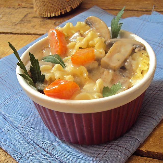 Zupa z pieczarek i marchewki z makaronem