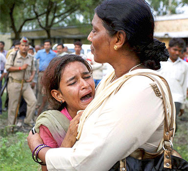 A girl breaks after seeing her mother's dead body in malwan rail accident
