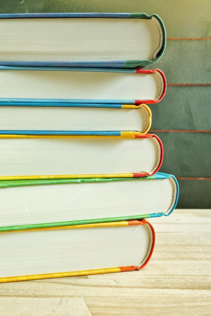 積み重なった書籍の画像