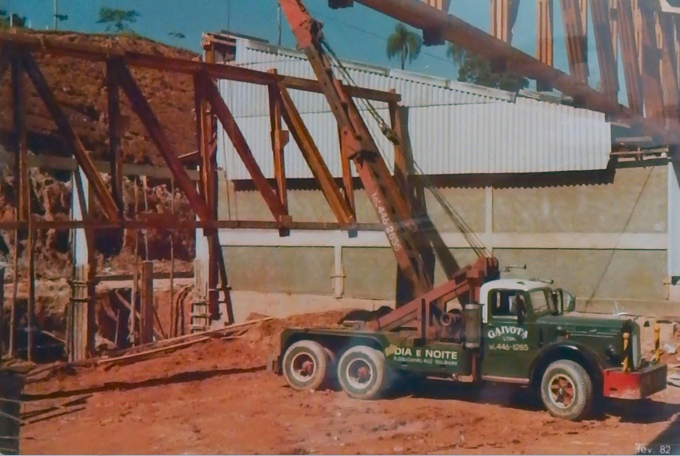 Caminhão guindaste iça tesoura de madeira para galpão industrial em Itatiba, São Paulo.
