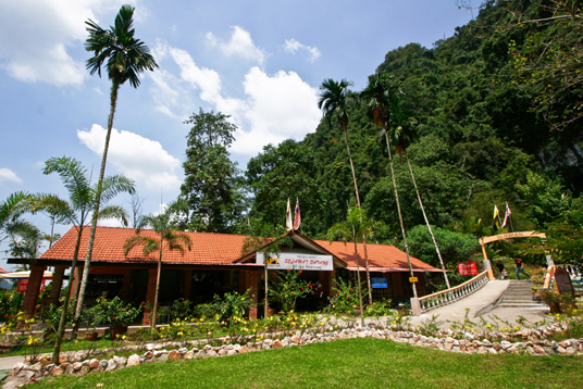 interesting places in malaysian Top 12 places to visit in malaysia details about various historical places,  beaches, wildlife and watersports at famous destinations in malaysia.