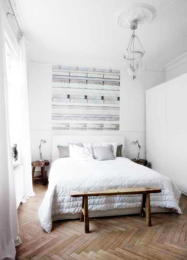 Biała sypialnia, stoliki nocne z drewna, drewniana ławka przy łóżku