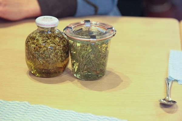 ローズマリーとカモミールのオイル漬けの画像