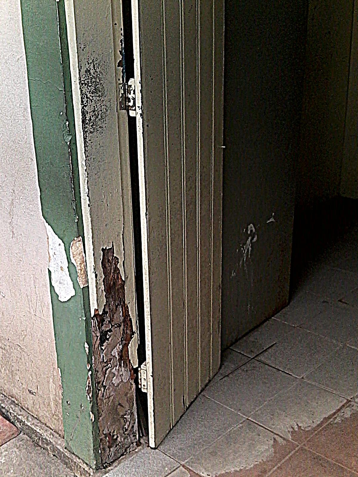 piso em alguns locais está separado da parede e está cedendo. #7A6451 1200 1600