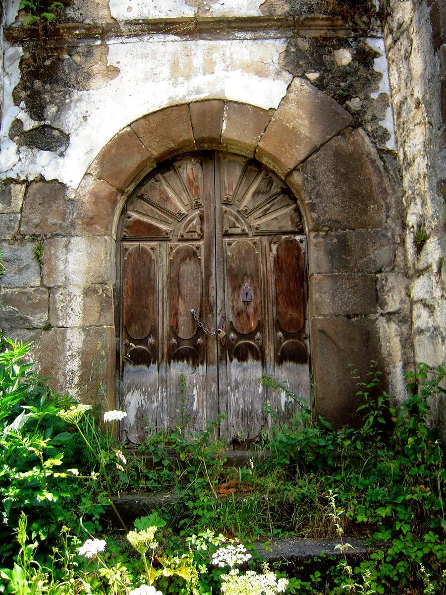 Entrada a la iglesia vieja. Foto de Caria. Pulse para verlo más grande