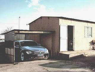 casa pobre com carrão na garagem