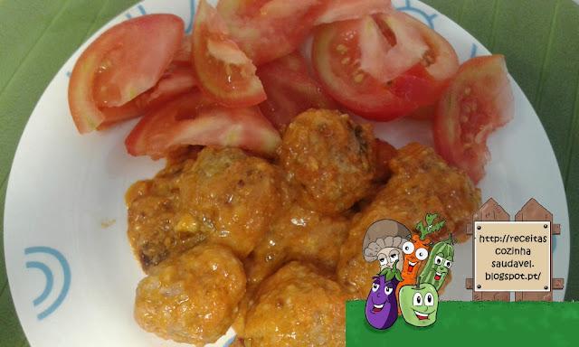 Almôndegas com Molho de Tomate e Mozzarela