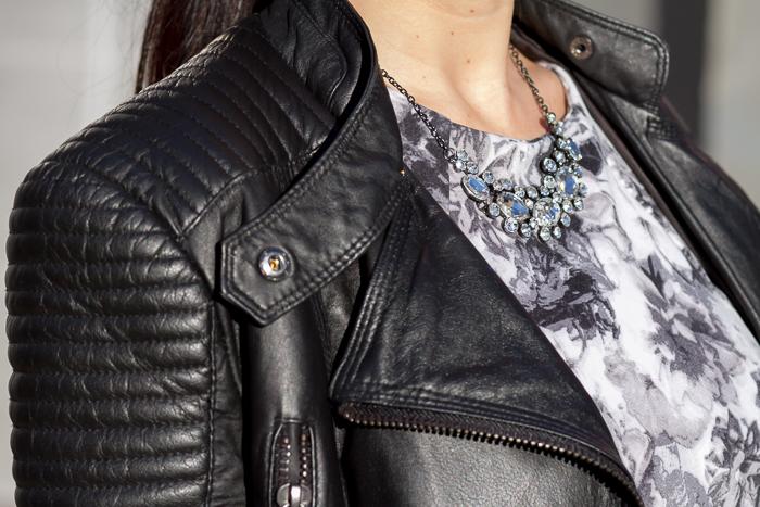 Detalle acolchado cuero negro chaqueta y Collar de Cristales de Bloguera de moda española WOWS