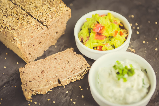 Brot aus Reisvollkornmehl mit Guacamole und Frischkäse