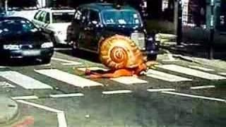 Человек-улитка переползает дорогу