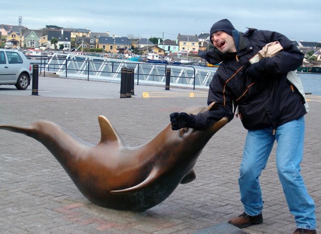El delfín Fungie mordiendo a un turista!