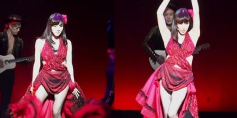 Tiffany SNSD dengan Gaun Merah Sekdi Pamer Keseksian