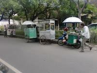 Beberapa PKL yang berjualan di tepi Jalan Kota Solo