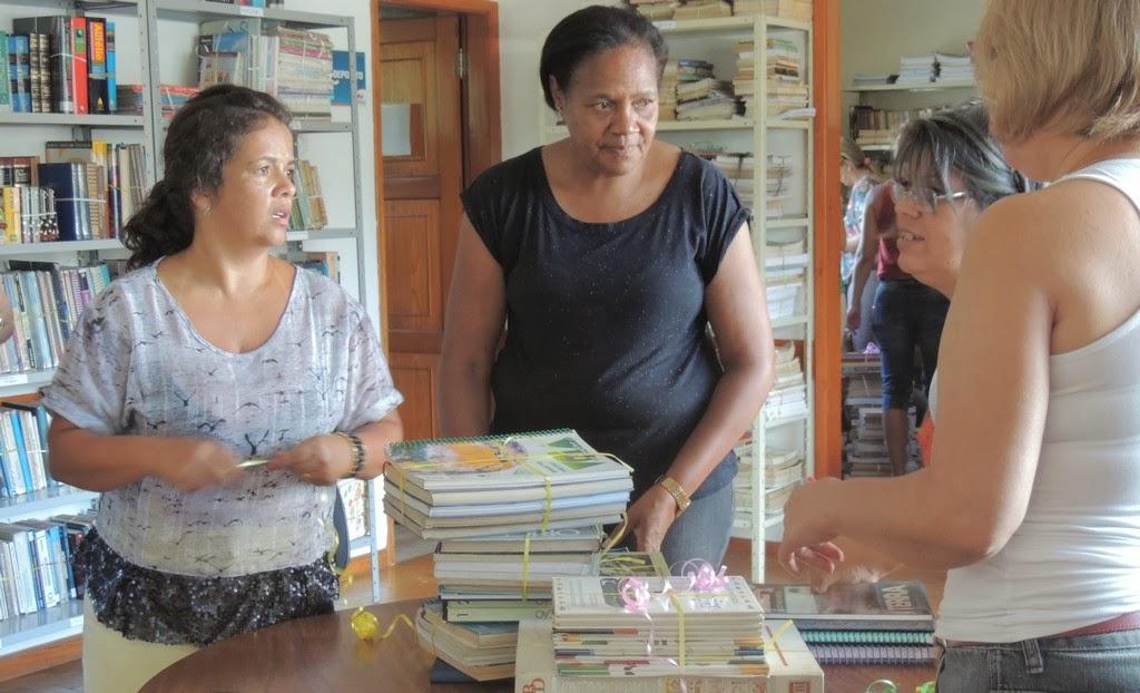 Livros da Biblioteca Municipal são catalogados e encaixotados para a reforma do prédio